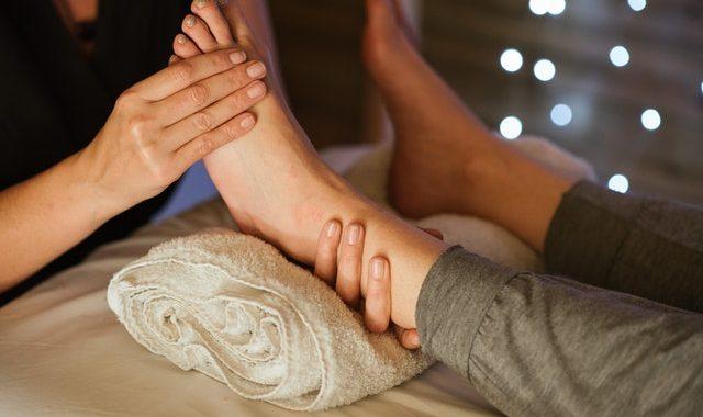 Refleksna masaža stopal pozitivno vpliva na zdravje celotnega telesa.